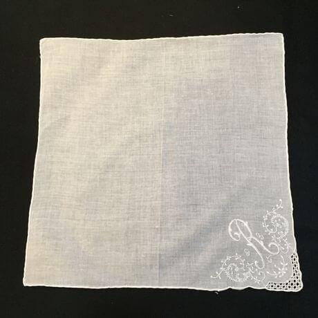 Buranoハンドワーク刺繡ハンカチーフ:イニシャル R正方形