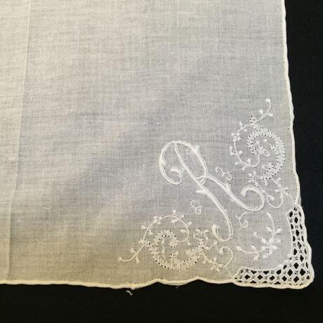 Buranoハンドワーク刺繡ハンカチーフ:イニシャル Rアップ