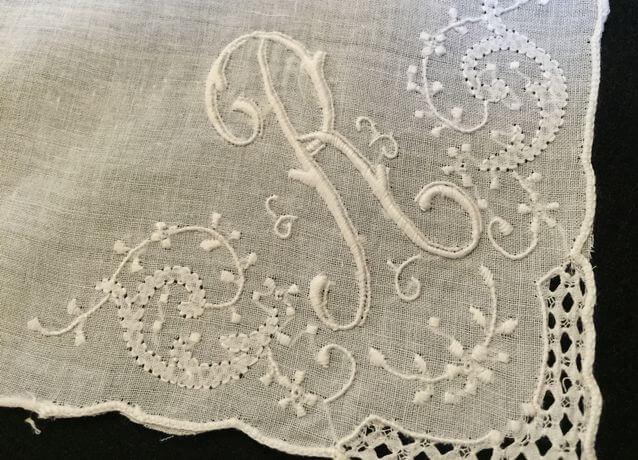 Buranoハンドワーク刺繡ハンカチーフ:イニシャル Rクローズアップ