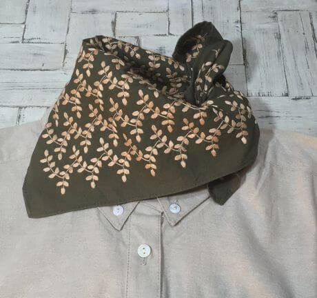 リーフフラワー刺繡ハンカチーフINDIAシャツへ