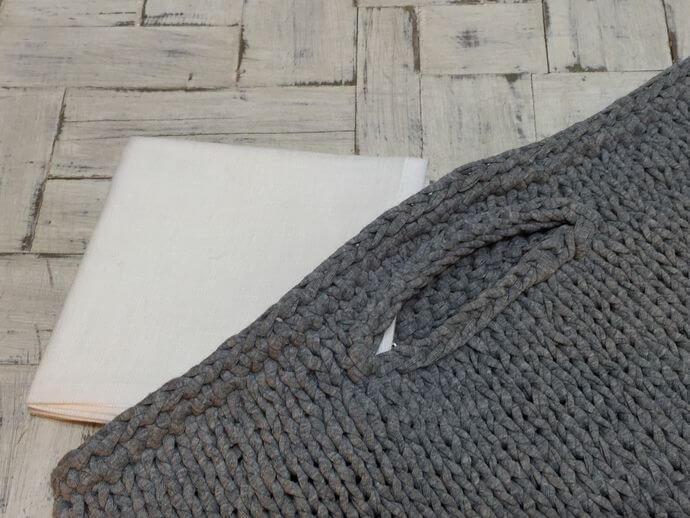 リネンハンカチ:黒糸クロスステッチ刺繡バックに合わせて