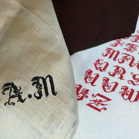 リネンハンカチ:黒糸クロスステッチ刺繡x460