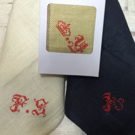 リネンハンカチ:赤糸イニシャルクロスステッチ刺繡ボックスと合わせて