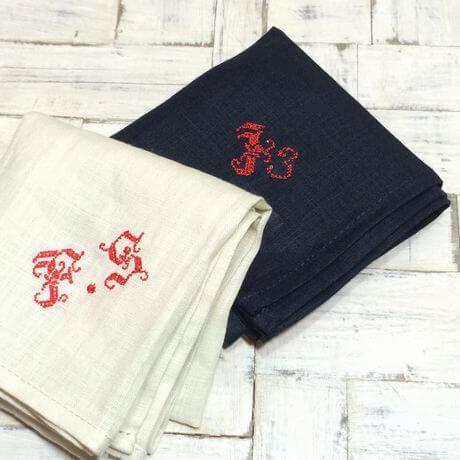 リネンハンカチ:赤糸イニシャルクロスステッチ刺繡セット2枚