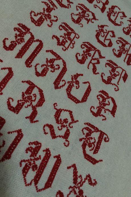 リネンハンカチ:赤糸イニシャルクロスステッチ刺繡アップ