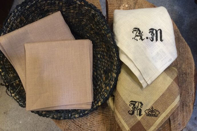 リネンハンカチ:黒糸イニシャルクロスステッチ刺繡pinkbeigeカゴ