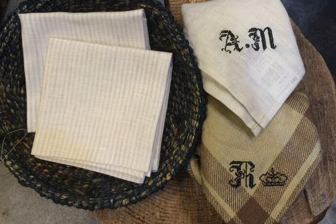リネンハンカチ:黒糸イニシャルクロスステッチ刺繡stripe-whiteカゴ