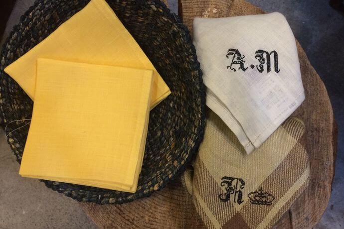 リネンハンカチ:黒糸イニシャルクロスステッチ刺繡イェローカゴ