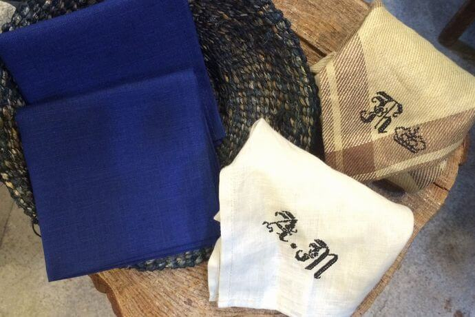 リネンハンカチ:黒糸イニシャルクロスステッチ刺繡ハンドroyal-blueカゴ