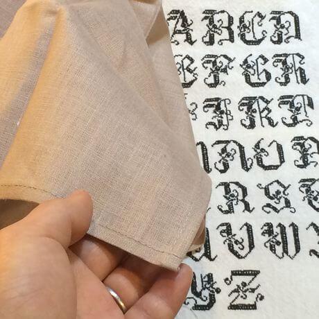 リネンハンカチ:黒糸イニシャルクロスステッチ刺繡ハンドpinkbeige