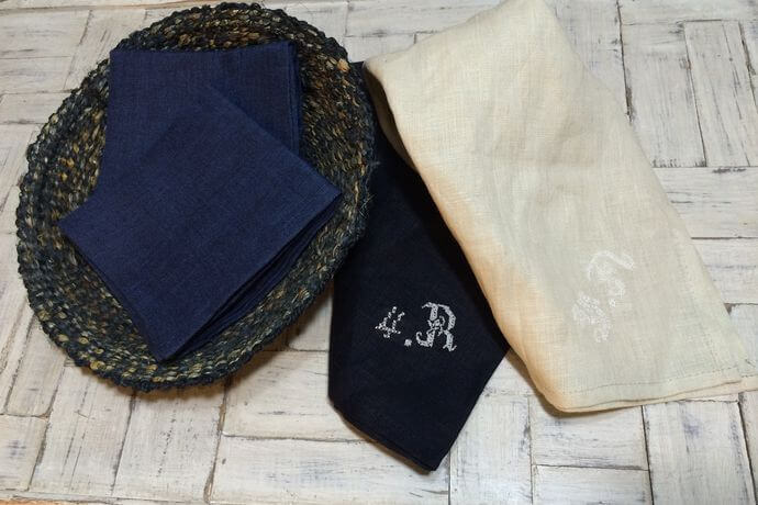 リネンハンカチ:白糸イニシャル刺繡ダークダンガリーカゴ