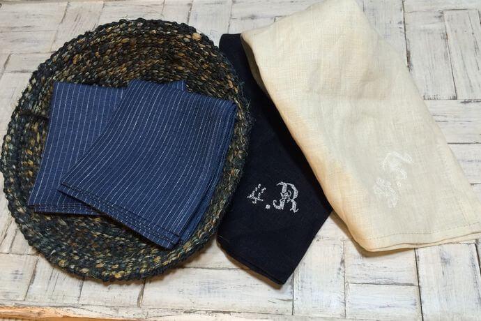 リネンハンカチ:白糸イニシャル刺繡navy-stripeカゴ