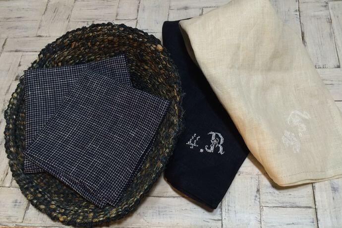 リネンハンカチ:白糸イニシャル刺繡checkblackカゴ