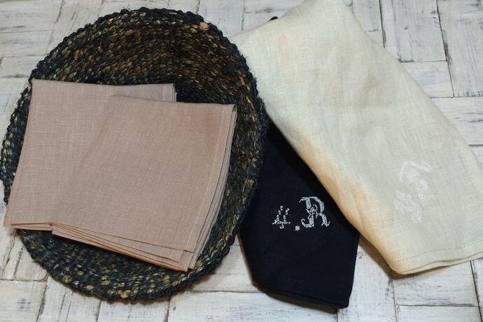 リネンハンカチ:白糸イニシャル刺繡pinkbeigeカゴ