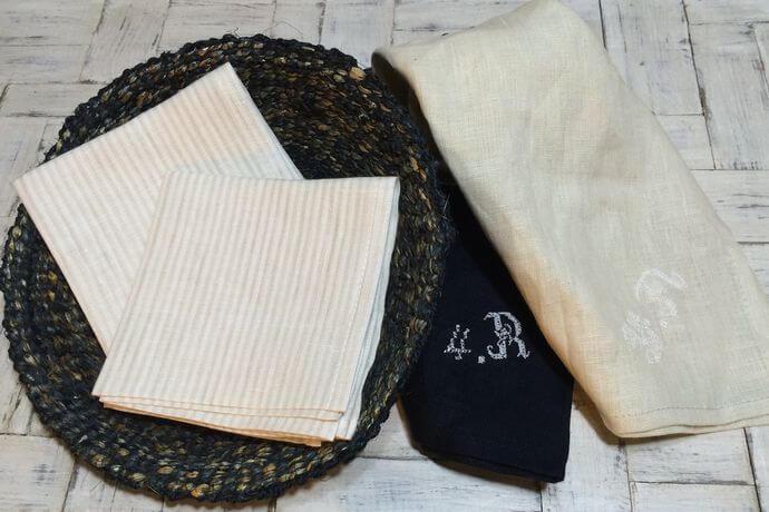 リネンハンカチ:白糸イニシャル刺繡stripe-whiteカゴ