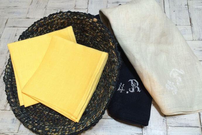 リネンハンカチ:白糸イニシャル刺繡yellowカゴ