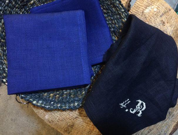 リネンハンカチ:白糸イニシャル刺繡royal-blueカゴ