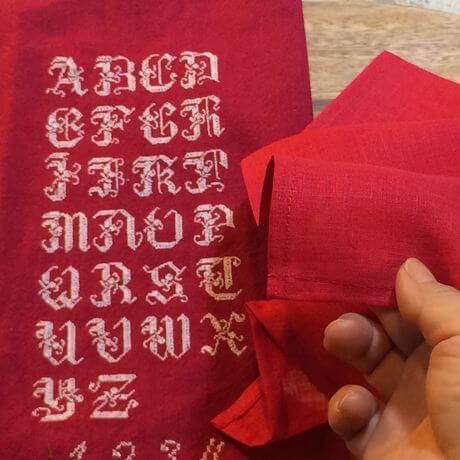 リネンハンカチ:白糸イニシャル刺繡red