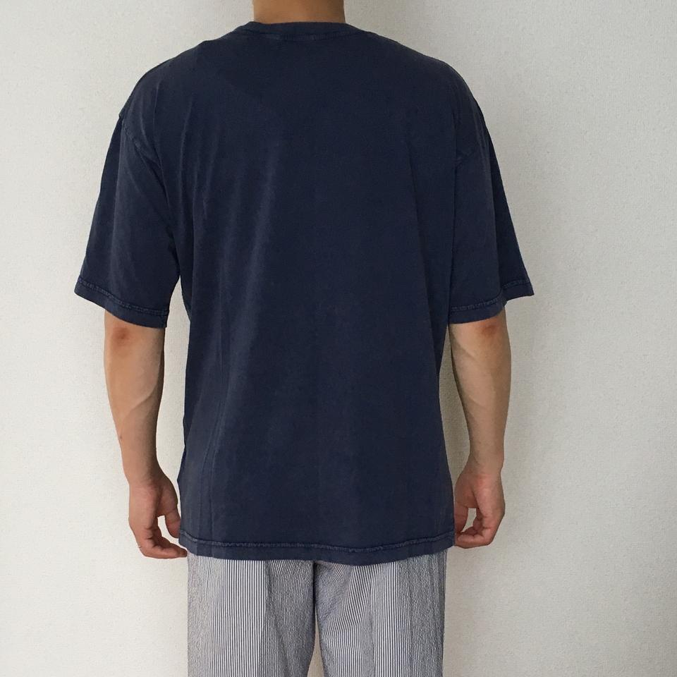 のぞくブタ刺繍Tシャツ着用背面