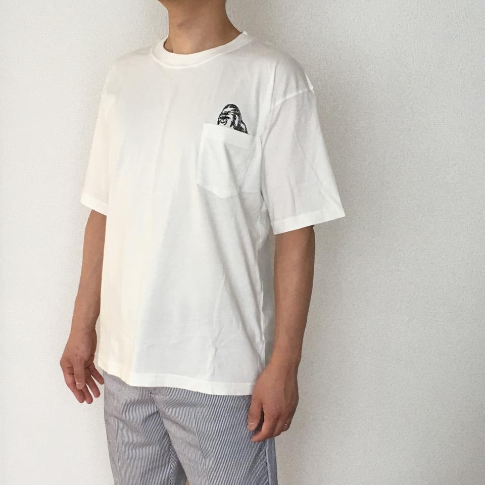 のぞくゴリラ刺繍Tシャツ着用斜め前
