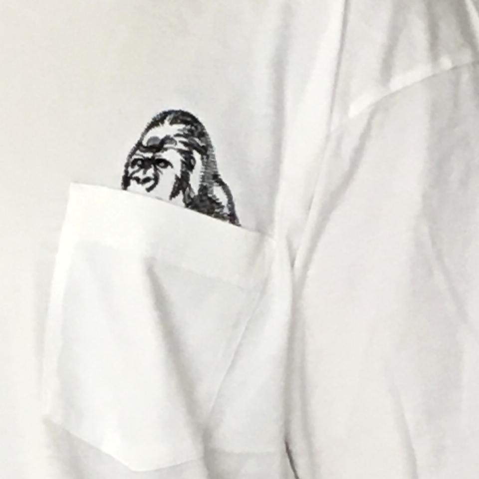 のぞくゴリラ刺繍Tシャツ着用ポケットアップ