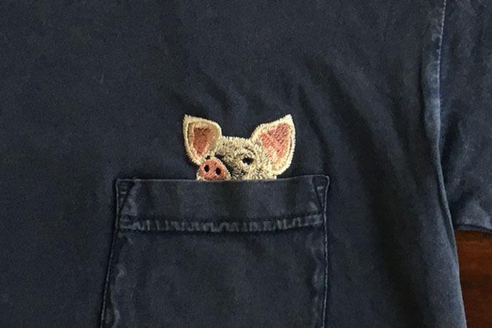のぞくブタ刺繍Tシャツ[メンズ]の刺繍アップ