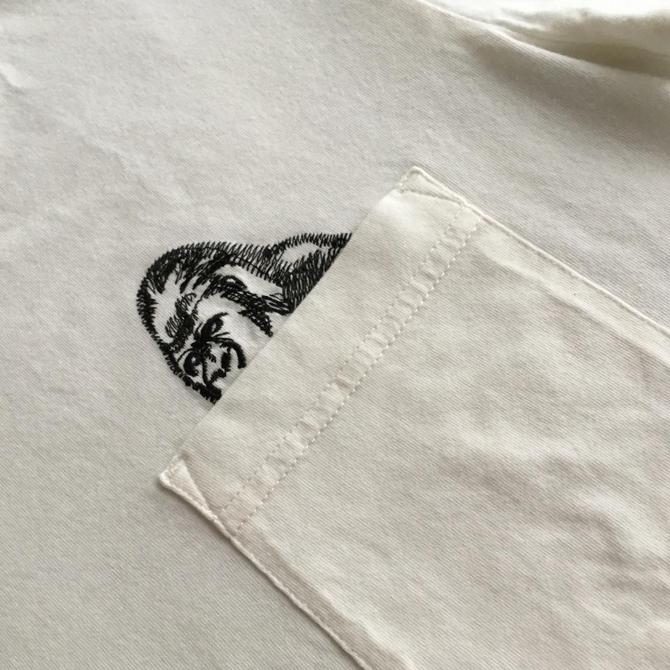 のぞくゴリラ刺繍Tシャツひらおきアップ