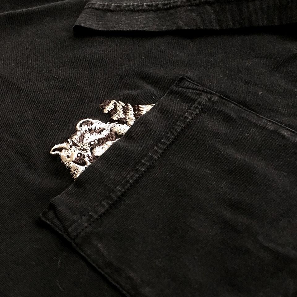 のぞくアライグマ刺繍Tシャツ着用ひらおきポケットアップ