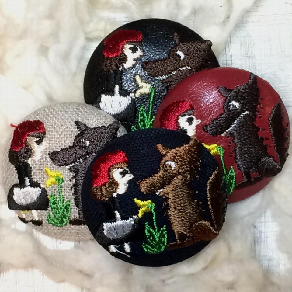 赤頭巾ちゃん[花]38mm刺繍くるみボタンはドイツ切手を刺繍したくるみボタンのアクセサリー/4種