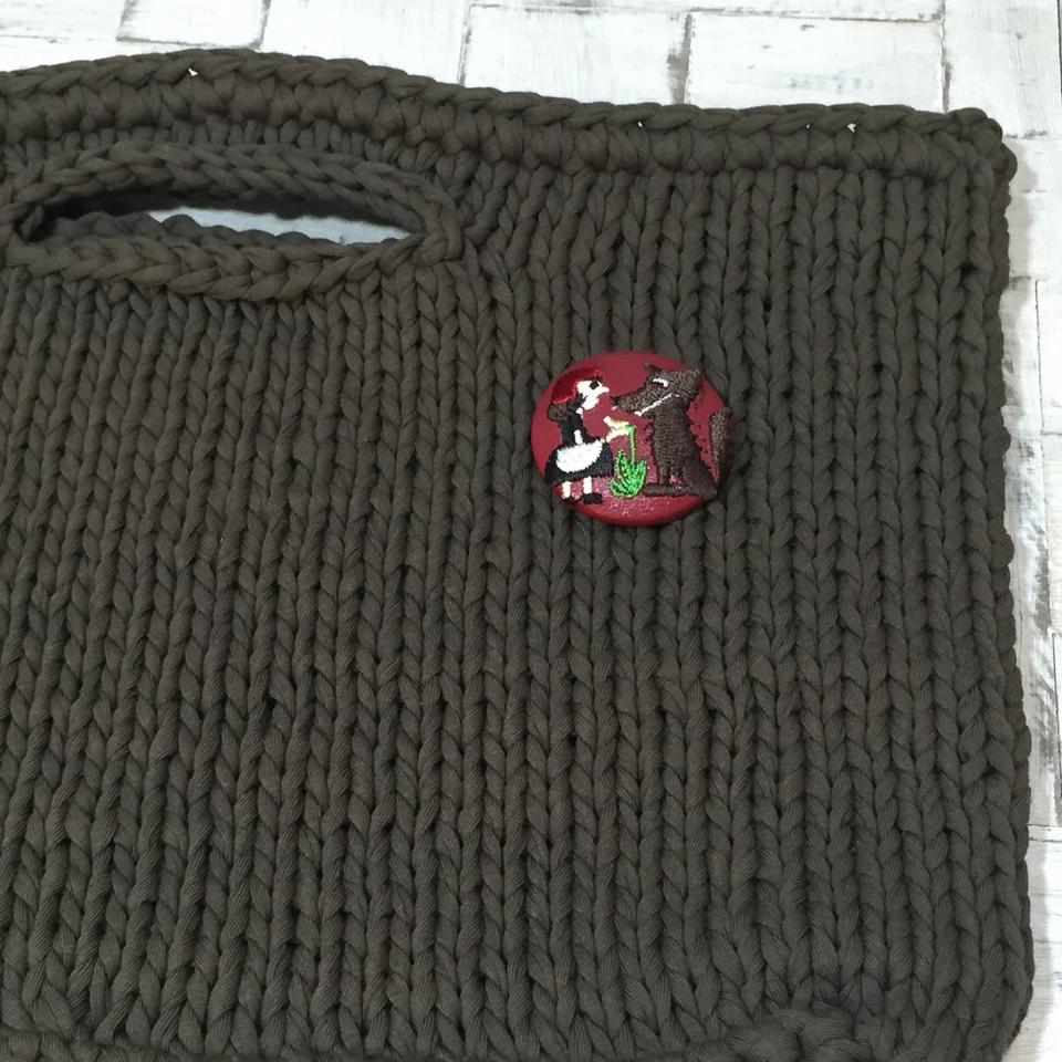 赤頭巾ちゃん[花]38mm刺繍くるみボタンはドイツ切手を刺繍したくるみボタンのアクセサリー/バック赤革