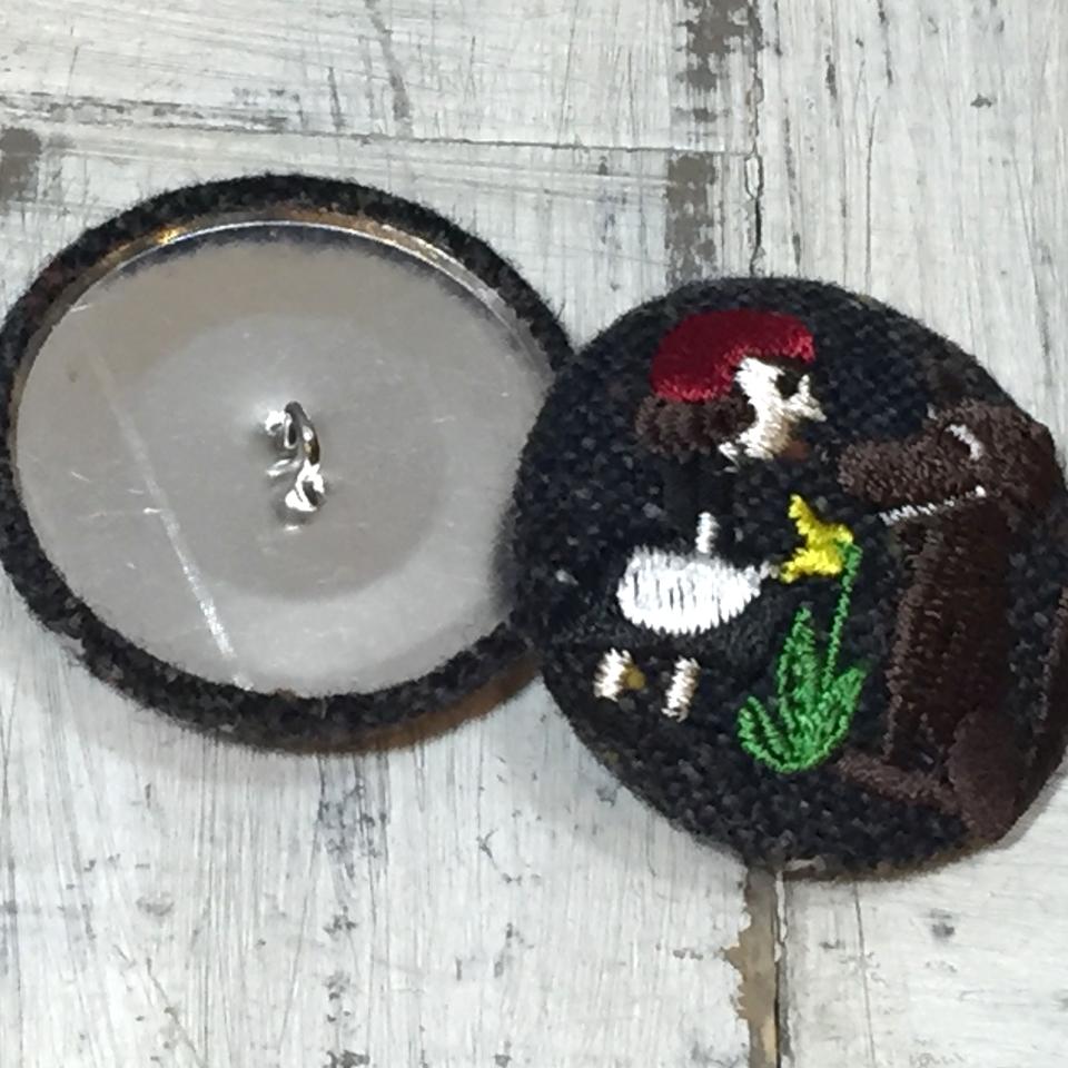 赤頭巾ちゃん[花]38mm刺繍くるみボタンはドイツ切手を刺繍したくるみボタンのアクセサリー/くるみボタンWool