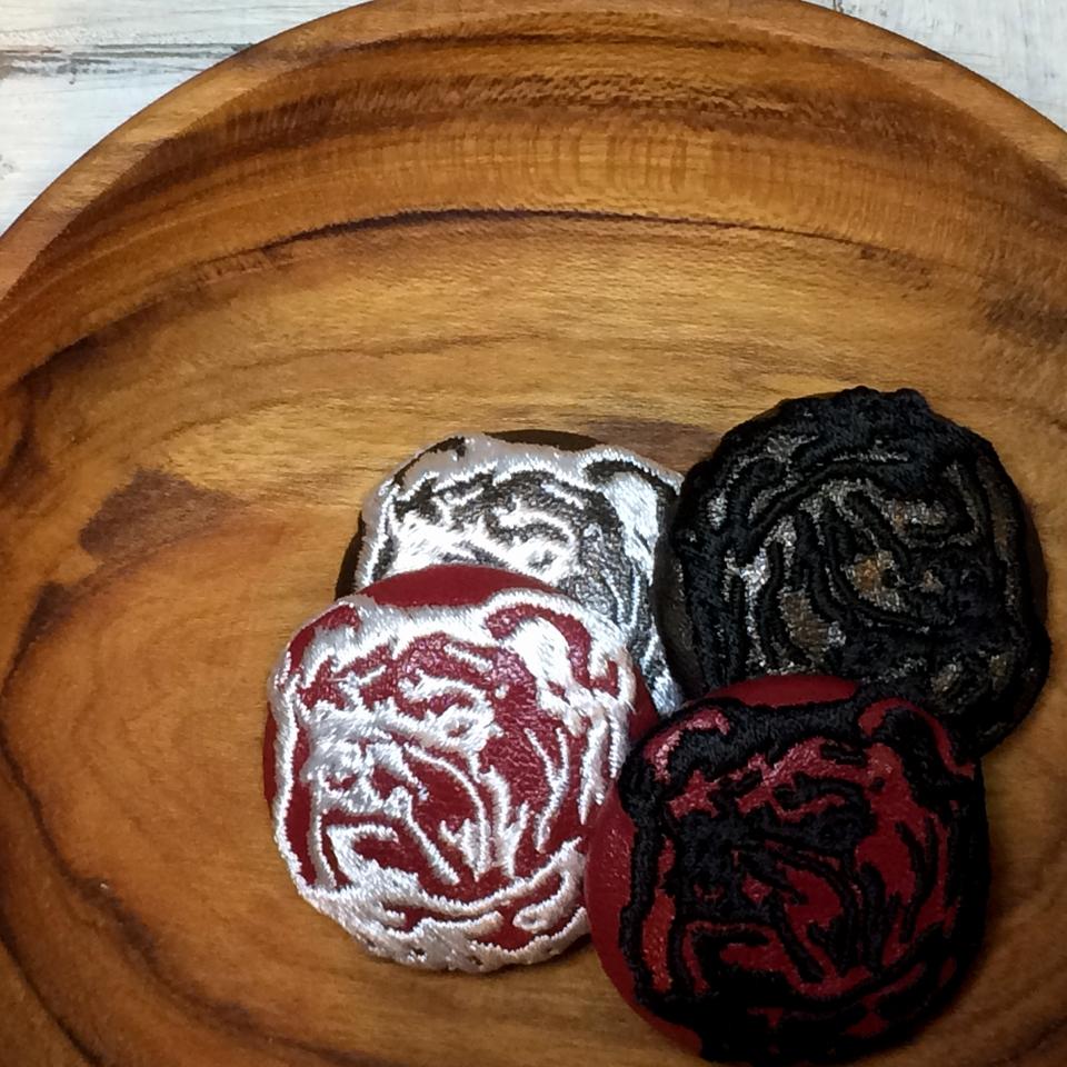 ブルドック[白][黒]刺繍くるみボタン/木のトレー