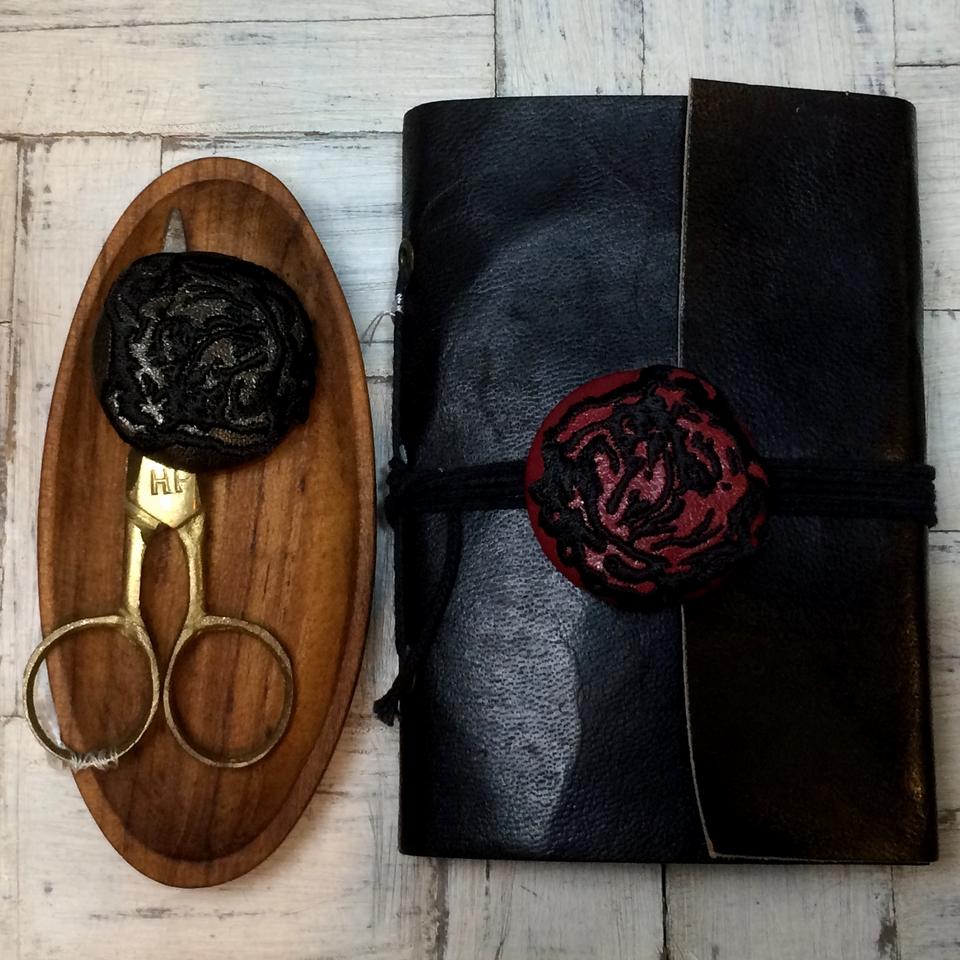ブルドック[黒]刺繍くるみボタン/手帳