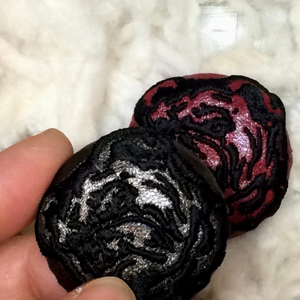 ブルドック[黒]刺繍くるみボタン/ハンド