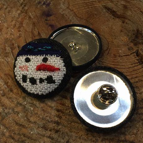 スノーマン人参刺繍くるみボタンブローチ背面