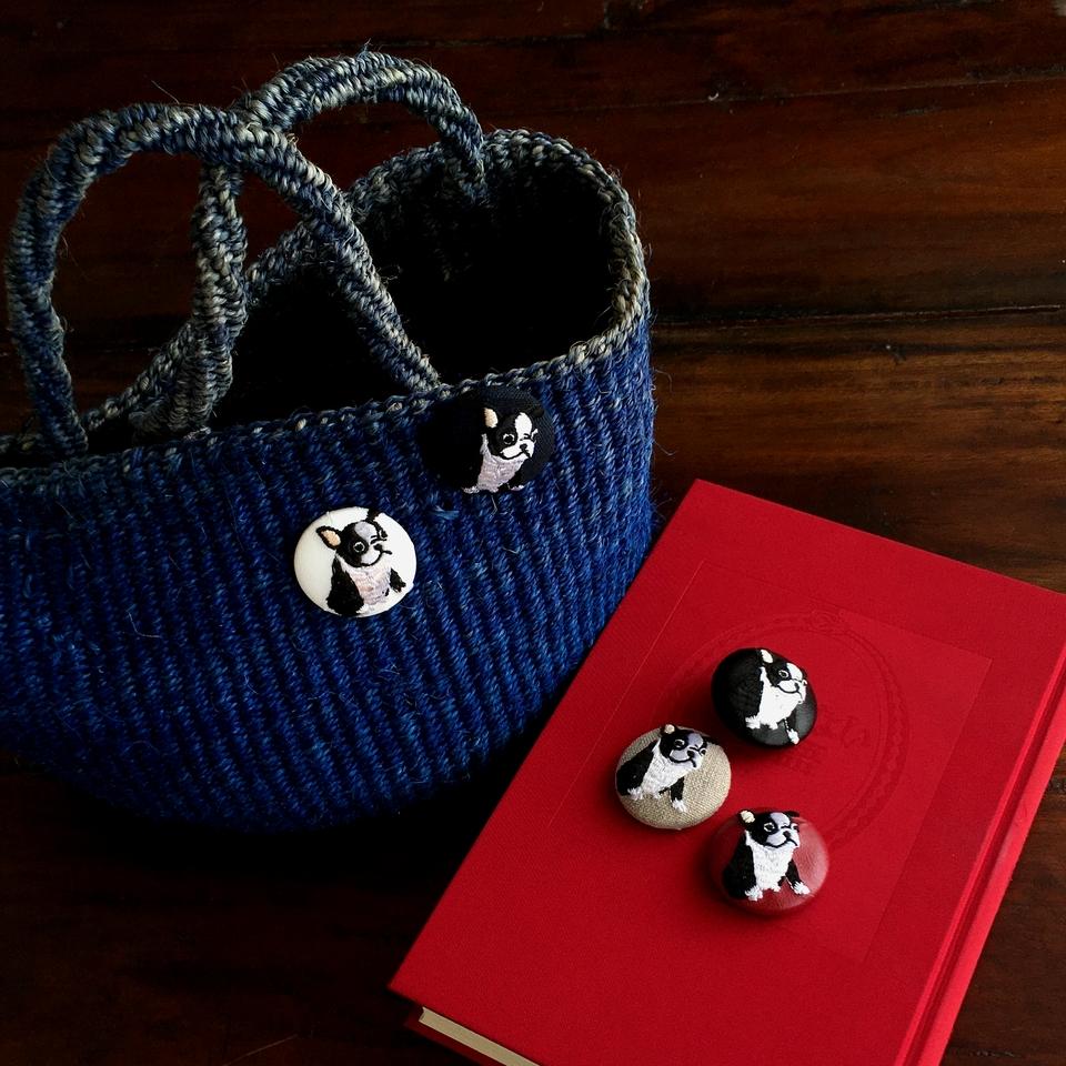 フレンチブルドック[白]刺繍くるみボタンバックと本