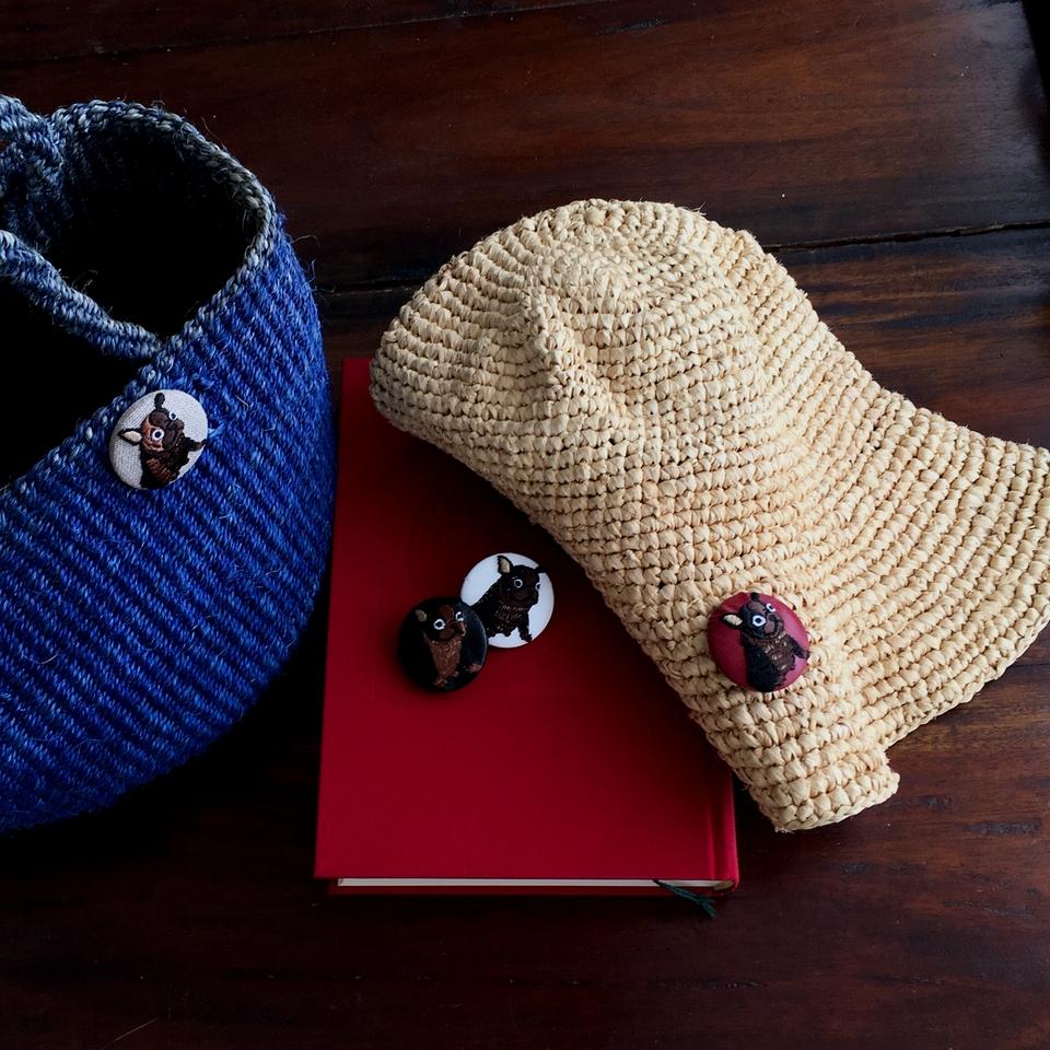 フレンチブルドック[茶][白]刺繍くるみボタンイメージ