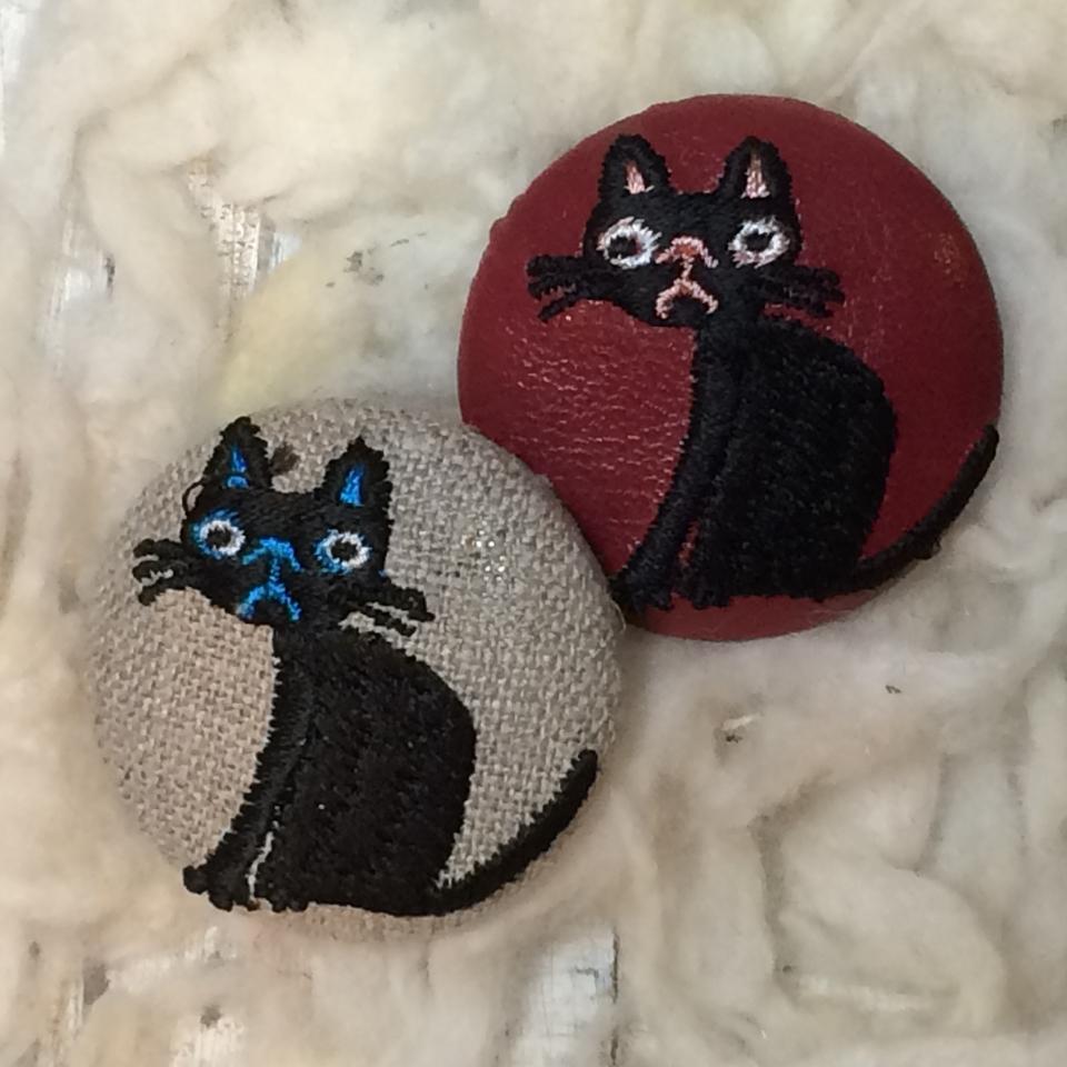 猫へのじ[黒]刺繍くるみボタン/2種
