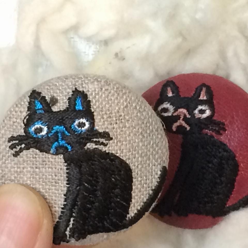 猫へのじ[黒]刺繍くるみボタン/ハンド