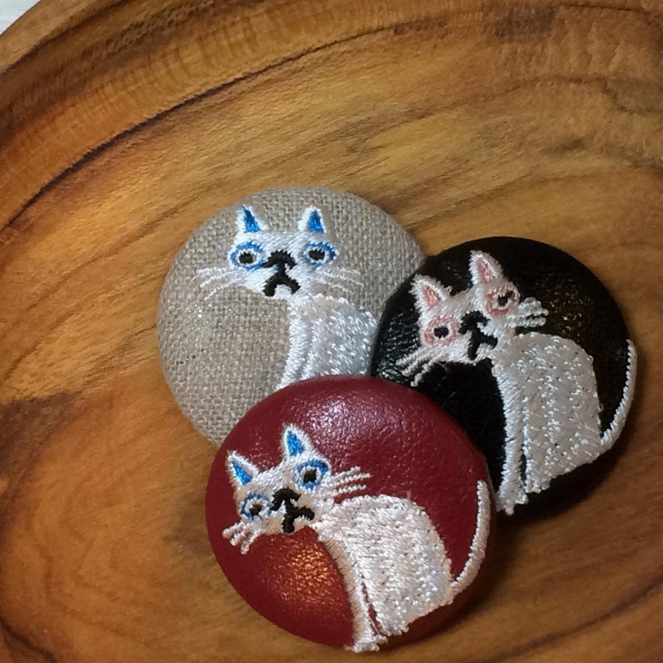 猫へのじ[白]刺繍くるみボタン/木のトレー