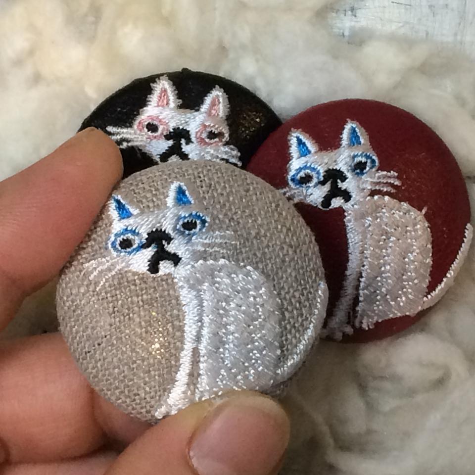 猫へのじ[白]刺繍くるみボタン/3種ハンド