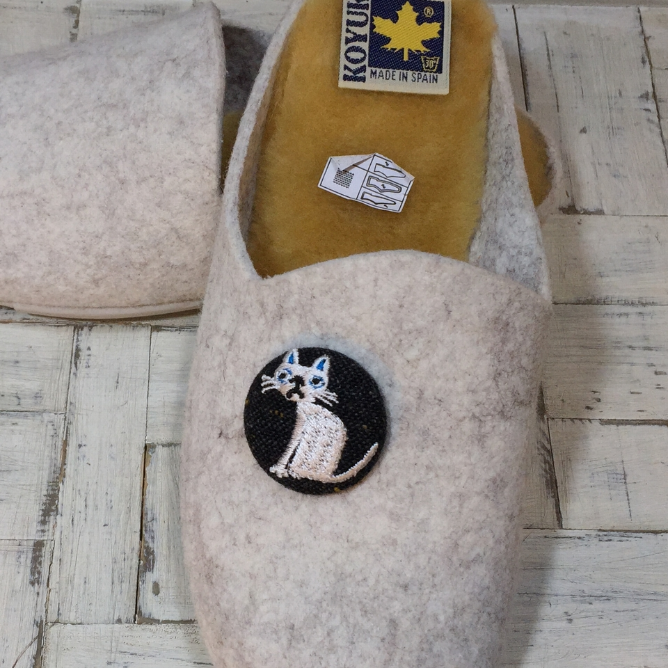 猫へのじ[白]刺繍くるみボタン/靴黒革