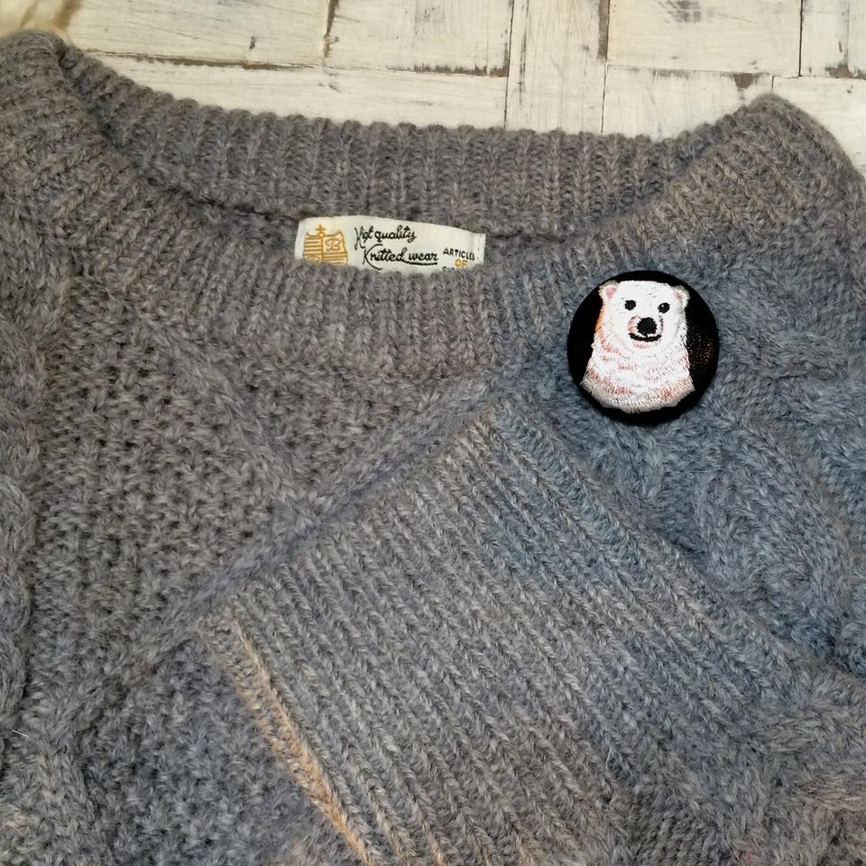 白熊ママ[ピンク]刺繍くるみボタン/セーター