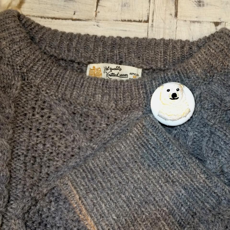 白熊ママ[黄]刺繍くるみボタン/セーター