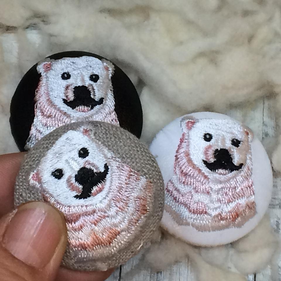 白熊パパ[ピンク]刺繍くるみボタン/ハンド