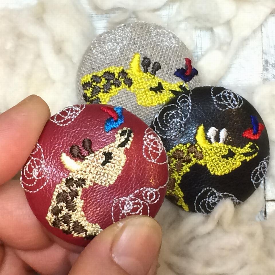 キリンと小鳥刺繍くるみボタン/ハンド