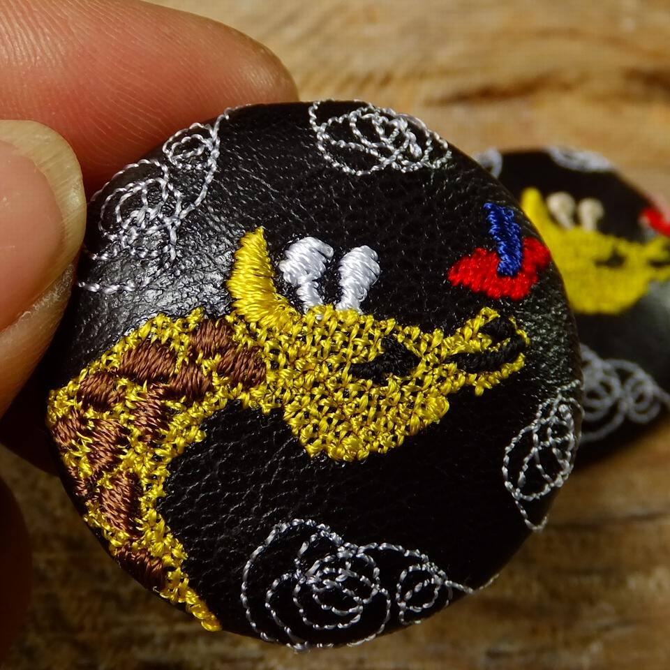 キリンと小鳥刺繍くるみボタン/黒革ハンド