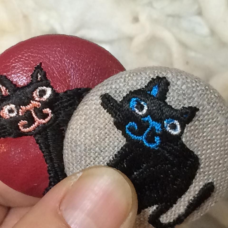 スマイル黒ネコ刺繍くるみボタン/ハンドアップ