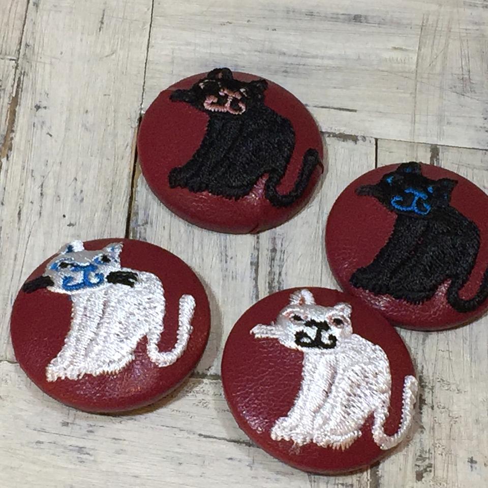 スマイル黒白ネコ刺繍くるみボタン/赤革
