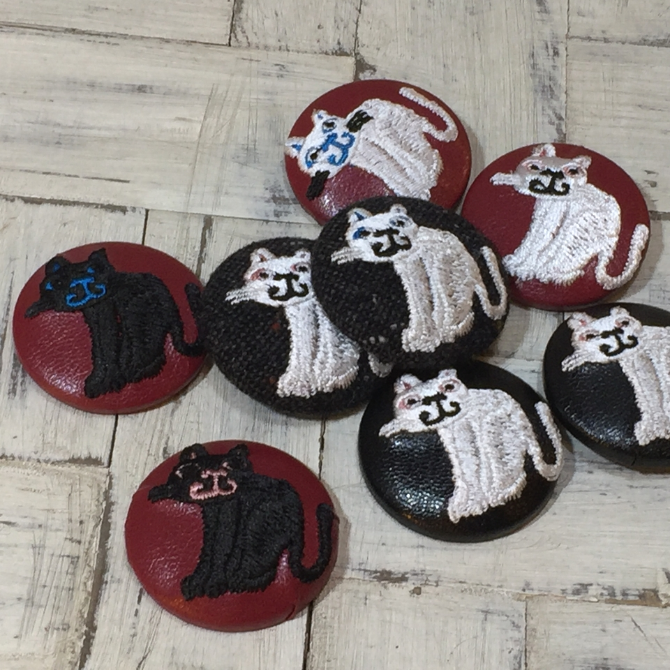 スマイル白黒ネコ刺繍くるみボタン/集合